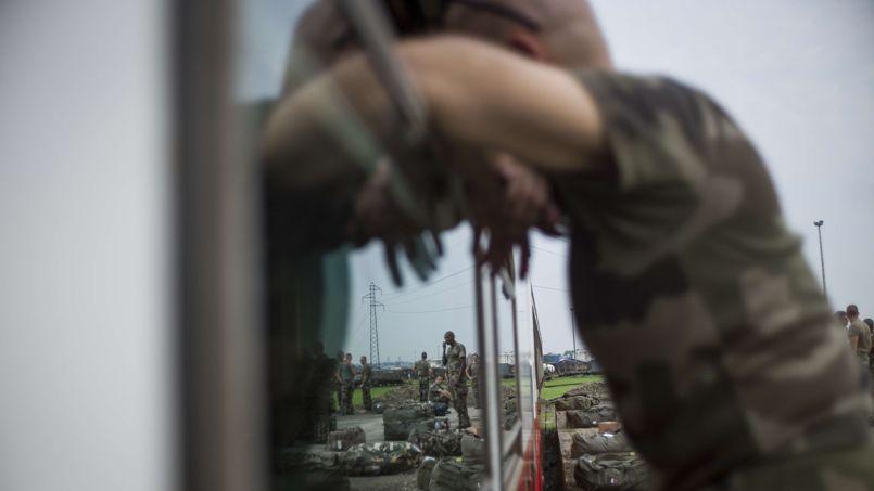 Des soldats français, mardi à Douala, au Cameroun, où un navire militaire a transporté 350 hommes et des véhicules de combat dans le cadre de l'opération prévue en Centrafrique.