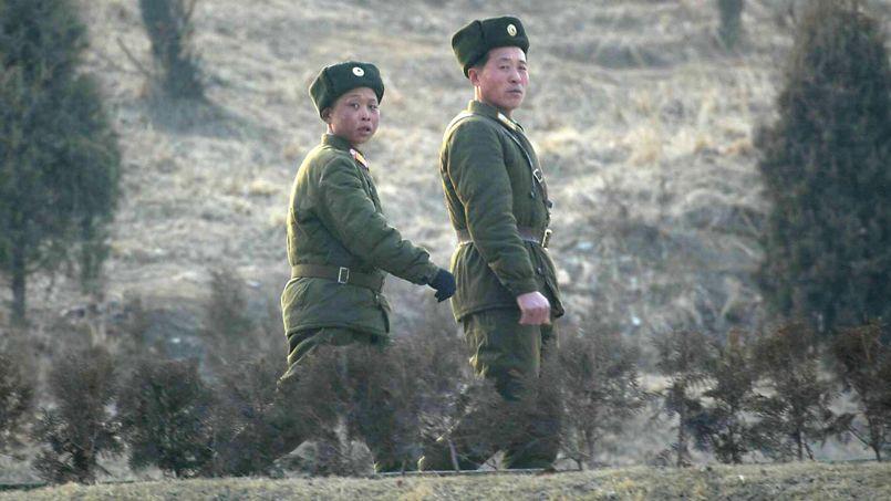 Deux soldats nord-coréens à pied le long d'une route menant à leur camp dans la banlieue de Pyongyang.