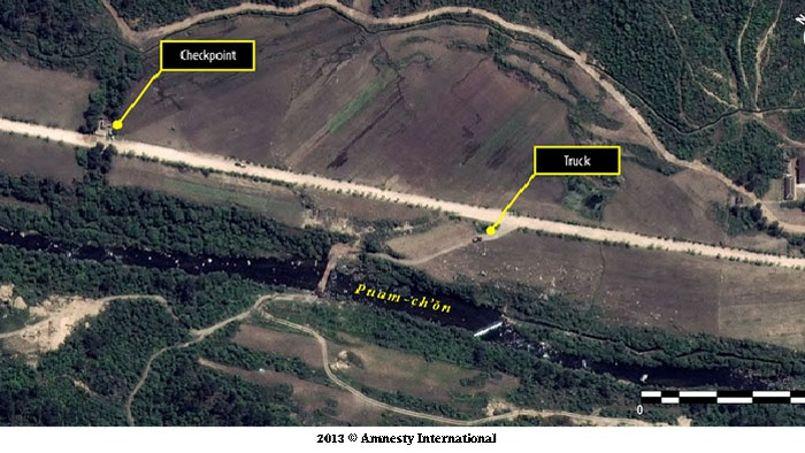 À l'image, un point de contrôle sur la route principale qui suggère que les mouvements semblent être limités dans les camps.