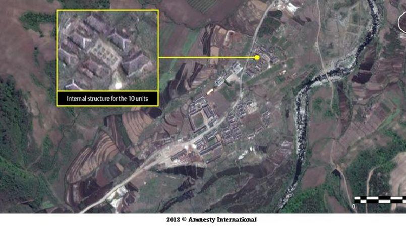 L'image montre toujours le camp n°16. Près de l'entrée principale, se trouve un bâtiment d'internement pour 10 prisonniers confinés dans des structures de 4 x 3,5 m.