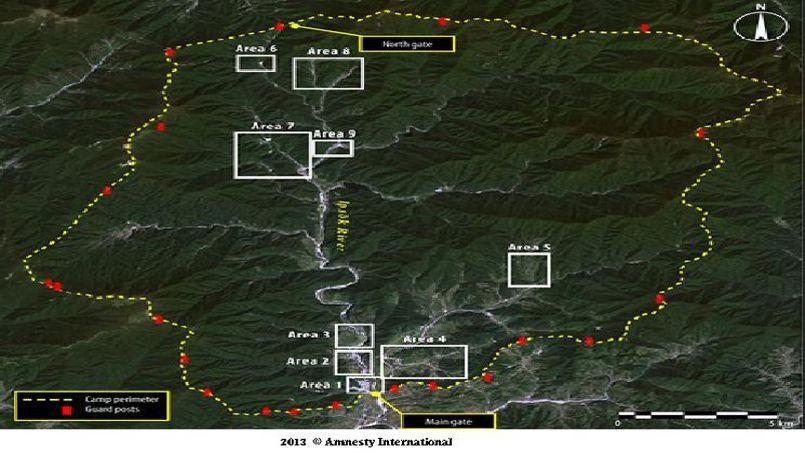 Le camp n°15 entouré par une double clôture (en jaune sur l'image) et nanti de nombreux postes de garde (en rouge). L'accès est restreint par les deux portes situées de part et d'autre du camp de prisonniers politiques.