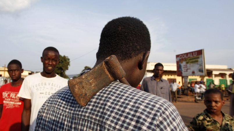 Un homme porte une hache dans les rues de Bangui.