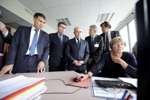 Bernard Cazeneuve, ministre délégué au Budget, et, à sa droite, Bruno Bézard, directeur général des Finances publiques, lors d'une visite d'un centre des impôts en septembre 2013.