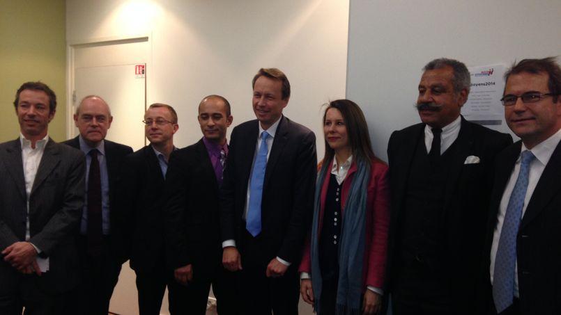 Denis Payre (au centre) et son bras droit, Thomas Houdaille (à gauche), entouré des premières têtes de liste labellisées Nous Citoyens, jeudi à Paris, lors de leur conférence de presse.