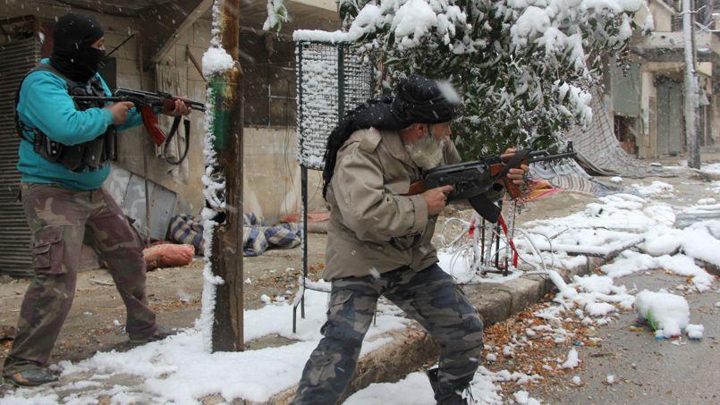 Des rebelles lors d' affrontements avec les forces pro-gouvernementales, mercredi, à Alep.