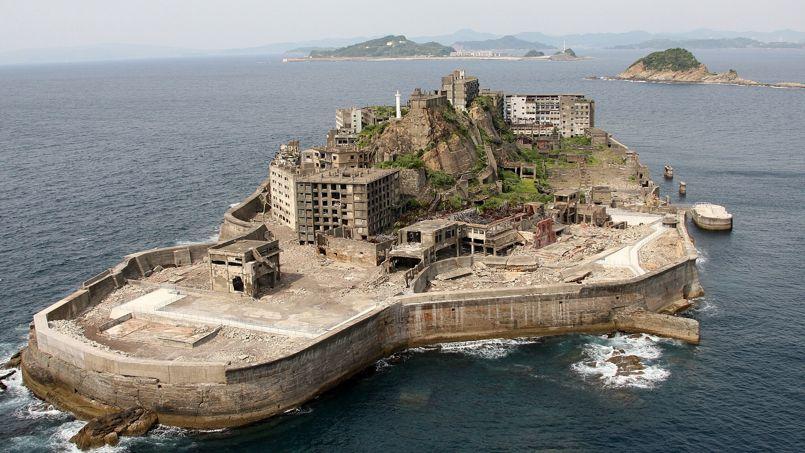 Hashima, Japon: Elle a été surnommée Gukanjima (navire de guerre)en raison de ses hautes digues de béton. Jusqu'en 1974, cette île était la propriété de l'entreprise Mitsubishi, qui exploitait ses sous-sols riches en charbon. Dans les années 60, l'île accueillait donc une mine et une ville où résidaient ses employés. Avec 84.100 hab/km2, elle était le lieu le plus densément peuplé du monde.