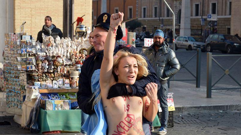 DÉNUDÉE. Une militante du mouvement Femen a retiré ce jeudi 19 décembre son tee-shirt près de la place Saint-Pierre de Rome pour protester contre la condamnation de l'avortement par l'Eglise catholique. «Christmas is canceled» (Noël est annulé), a hurlé à plusieurs la jeune femme de 23 ans avant d'être bloquée par de nombreux policiers, puis immédiatement embarquée dans l'un de leurs véhicules.