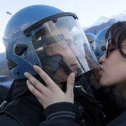Une étudiante italienne poursuivie pour avoir embrassé un policier