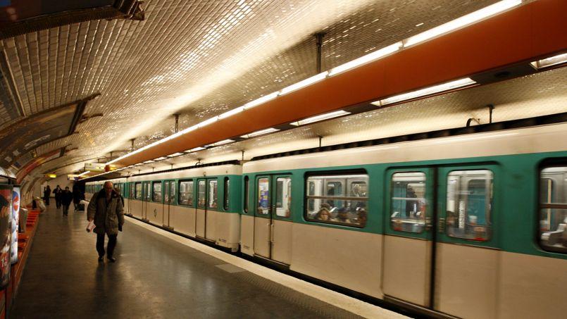 Paris : un homme poussé sur les voies du métro sauvé de justesse