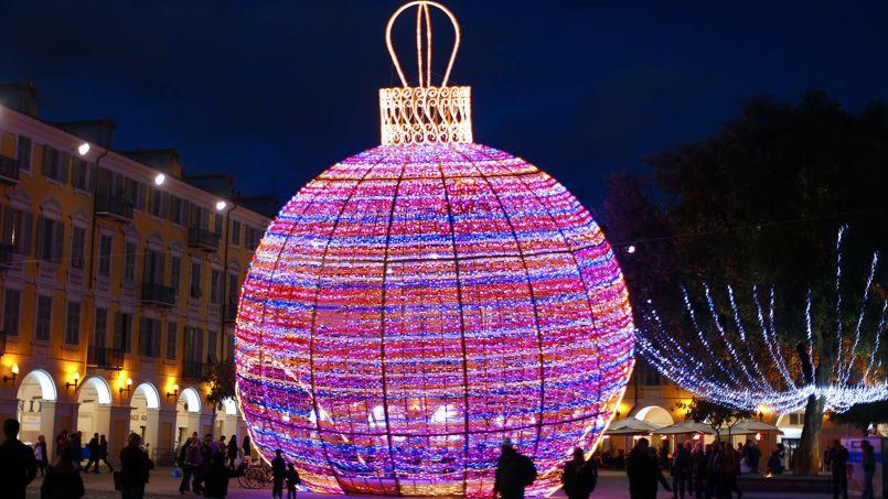 Les plus belles illuminations de no l travers le monde - Boule de noel geante decoration ...