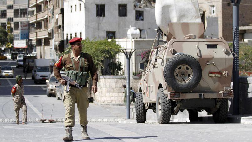 Des militaires montent la garde à proximité du ministère de la Défense, début décembre à Sanaa, la capitale du pays.