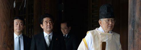 Shinzo Abe provoque la Chine en visitant un sanctuaire controversé