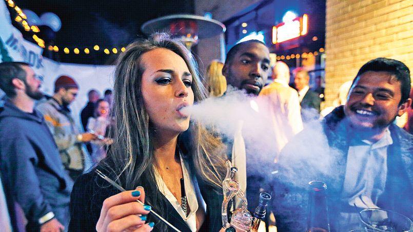 Des fumeurs de marijuana célèbrent la légalisation du cannabis par l'État du Colorado dans un bar de Denver, le soir du Nouvel An.