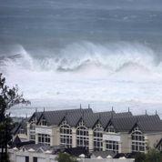 Cyclone à la Réunion : un mort, l'alerte rouge levée