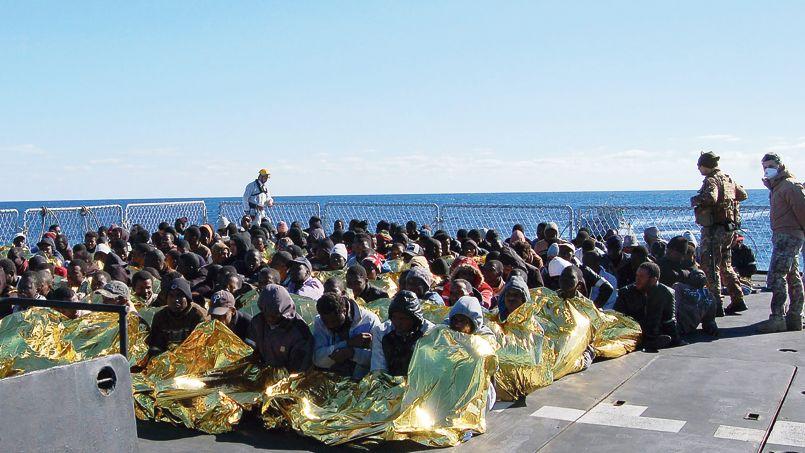 Des migrants sur un navire de la marine italienne après une opération de sauvetage, jeudi, au large de la Sicile.