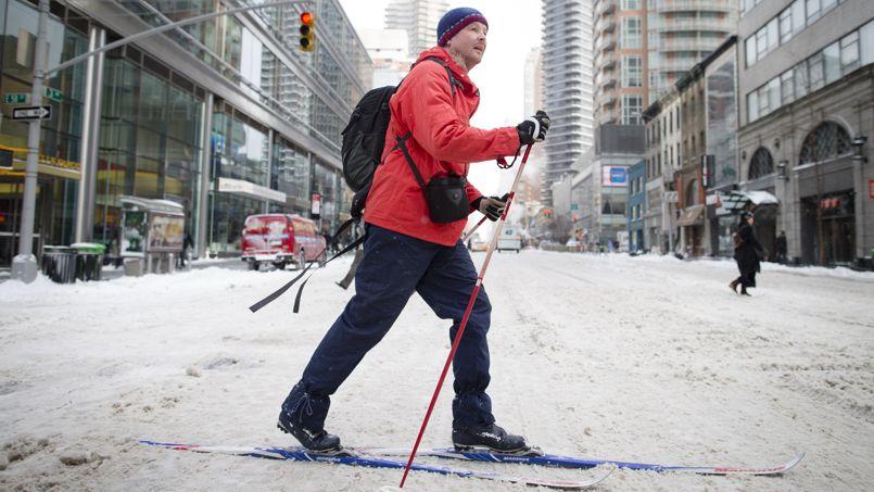Le 03 janvier, un habitant de New York se déplace à ski dans la 58 ème rue de Manhattan après la chute de plus de 30 cm de neige.
