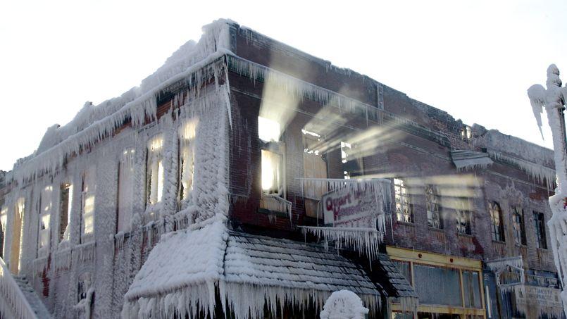 Un immeuble pris dans la glace, à Plattsmouth, dans le Nebraska.
