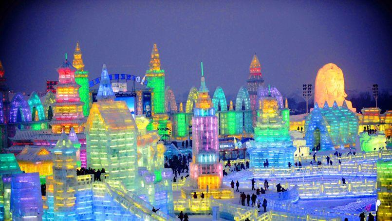 Givré! La 30e édition du Festival international de sculptures sur glace et neige de Harbin (nord de la Chine) a ouvert ses portes, dimanche 5 janvier. Près de 8 000 personnes ont travaillé sur ce gigantesque site, qui a nécessité 180 000 mètres cubes de glace et 150 000 de neige. Pendant un mois, les visiteurs pourront admirer des créations plus magnifiques les unes que les autres: notamment un château tout droit sorti du conte de la «Belle au bois dormant», une tour qui culmine à 46 mètres ou encore un toboggan géant long de 240 mètres.
