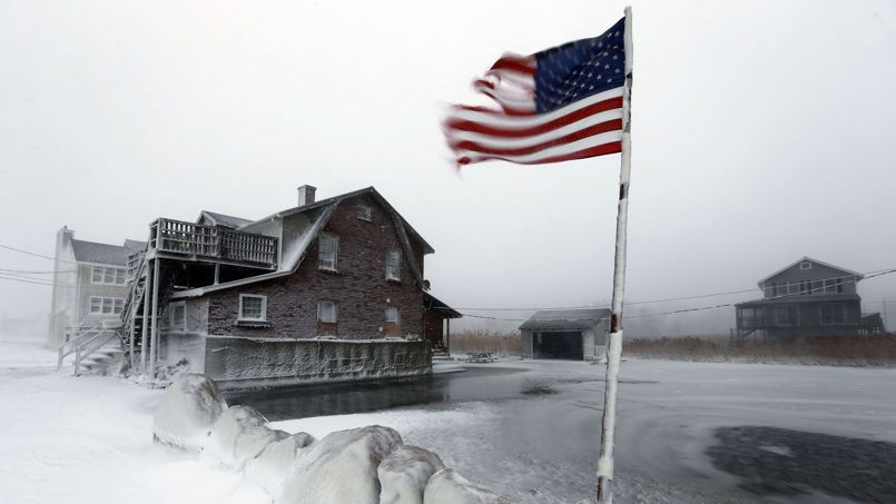 Vague de froid. Le nord des Etats-Unis grelottait dimanche, avec des températures atteignant jusqu'à -38°C dans le Wisconsin, et se préparait à un début de semaine encore plus glacial. Un épisode hivernal hors normes au cours duquel des dizaines de records de froid pourraient être battus. Les autorités encouragent les habitants à faire des provisions de façon à pouvoir rester isolés pendant plusieurs jours. Combinées avec les fortes rafales de vent, la température ressentie pourrait chuter jusqu'à - 51°C, soit un record depuis deux décennies dans le pays.