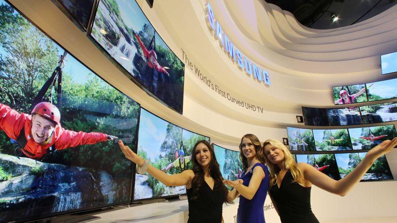 Hôtesses du stand Samsung au CES de Las Vegas. Le constructeur coréen y présente ses écrans aux tailles impressionnantes, jusqu'à 2,60 m de diagonale.