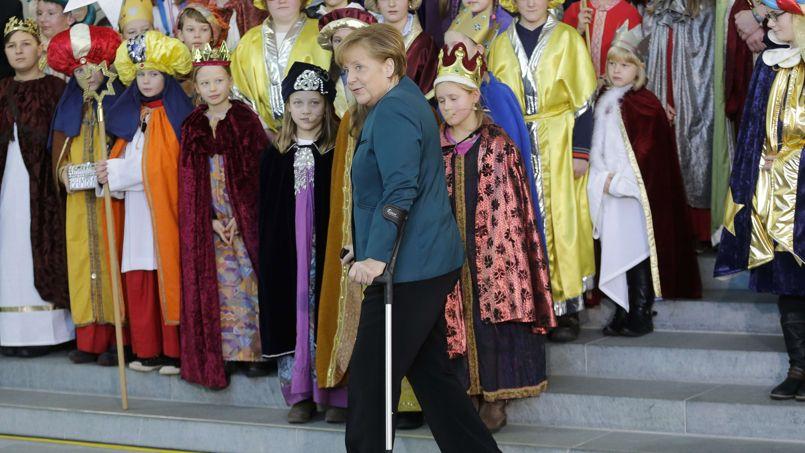 PHOTO SOUVENIR. Angela Merkel a effectué ce mardi 7 janvier à Berlin, sa première apparition publique après son accident de ski de fond. La chancelière a participé à la cérémonie des «petits chanteurs à l'étoile», un évènement caritatif réunissant des représentants des enfants de chaque diocèse allemand, déguisés en rois mages à l'occasion de l'Épiphanie. Angela Merkel s'est fêlé le bassin en chutant à ski pendant ses vacances de Noël en Suisse.