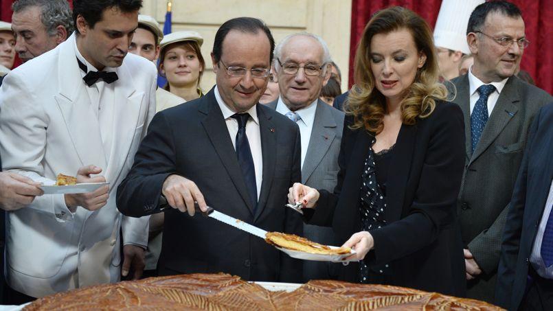 ROI-MAGE. Mardi 7 janvier, lendemain de la fête de l'épiphanie, François Hollande est resté fidèle à la tradition de la galette des rois. Le président de la République a partagé dans les jardins d'hiver de l'Élysée une galette «républicaine» avec une assemblée de boulangers, pâtissiers et apprentis récompensés pour leur savoir-faire. Petit détail: elle ne contenait pas de fève pour ne pas risquer d'avoir à couronner un président.