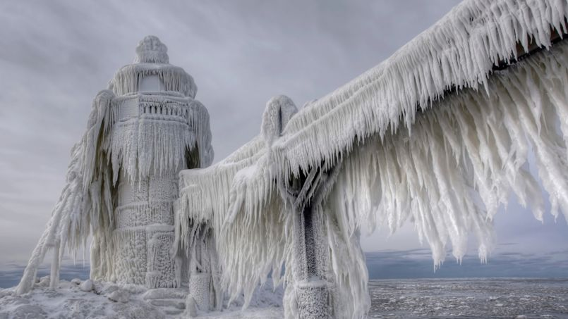 PÉTRIFIANT. Sous son épais manteau de glace, voici l'une des balises du lac Michigan, près de la petite ville de Saint Joseph, dans le nord des Etats-Unis. Au lever du jour, mardi dernier, la température a atteint - 37 °C. La vague de froid polaire, inédite depuis vingt ans, accompagnée de neige et de pluies verglaçantes, a déjà fait une dizaine de morts en moins d'une semaine dans le pays. Parti des Etats du nord et du Canada voisin, le froid s'est étendu au Midwest et menace même des régions plus au sud, traditionnellement épargnées, comme le Tennessee et l'Alabama. La vie tourne désormais au ralenti et les autorités conseillent aux habitants de rester chez eux. Plus de 4300 vols aériens au total ont déjà été annulés et 6500 retardés.