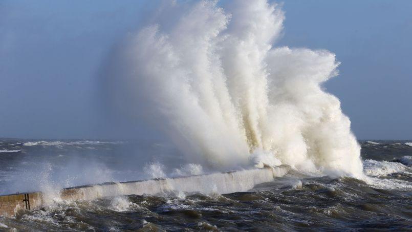 La tempête qui a frappé les côtes bretonnes a permis de découvrir sur une plage de Locmariaquer une centaine d'obus datant de la Seconde guerre mondiale.