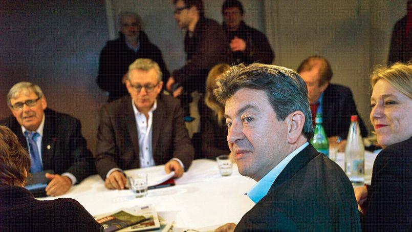 Jean-Luc Mélenchon et Pierre Laurent (au second plan) lors de leur rencontre, vendredi à Paris.