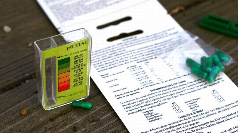 Si vous voulez connaître la valeur précise du pH du sol de votre jardin, en vue notamment de le corriger, il existe des tests que l'on trouve facilement dans le commerce.