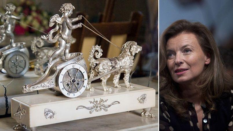 À gauche, le <i>Char de la Fidélité conduit par l'Amour</i>, une des pendules du salon d'Argent à L'Élysée. À droite, Valérie Trierweiler.