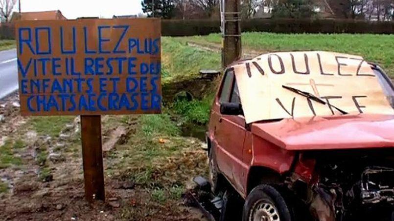 Les Vandeputte ont décidé d'agir en installant ce panneau à côté de leur maison et de la dernière voiture accidentée.