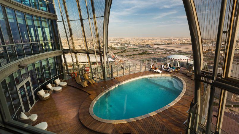 Suspendue dans le vide à 80 mètres de hauteur, la piscine extérieure du Torch Hotel offre une vue impressionnante sur la ville de Doha.