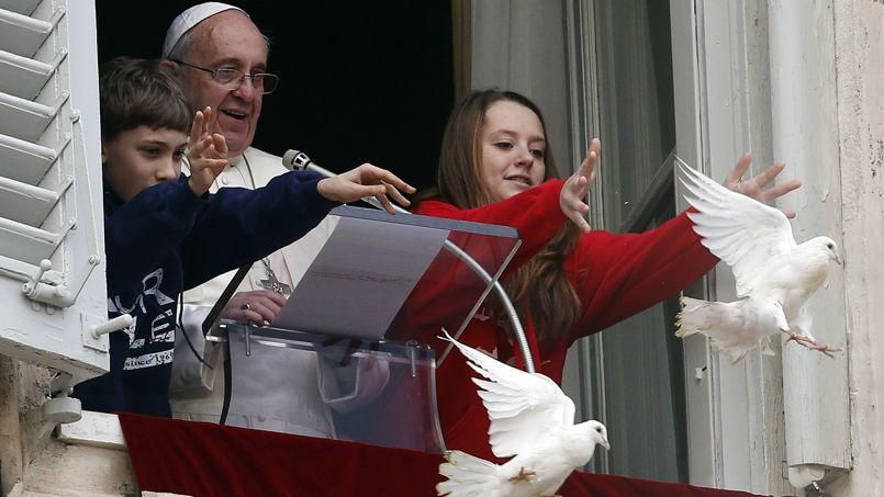 Les colombes, symboles de la paix, ont été lâchées dimanche du balcon du palais apostolique de la place Saint-Pierre par deux enfants.