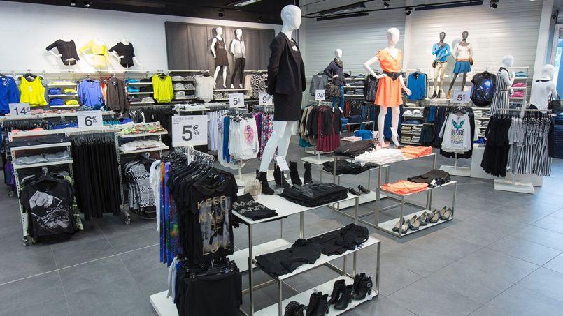 Kiabi a choisi une ambiance loft industriel pour accueillir ses clients dans ses nouveaux magasins.