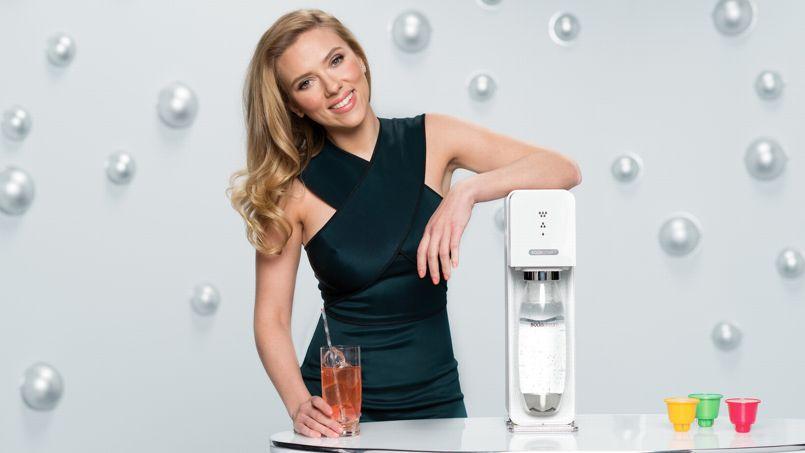 Scarlett Johansson dans une publicité SodaStream, société qui fournit des machines pour créer ses boissons gazeuses à domicile.