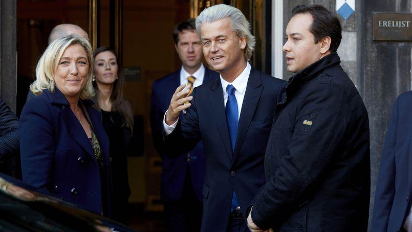 Marine Le Pen et le leader nationaliste néerlandais du PVV, Geert Wilders (au centre), lors d'une visite de la chef de file du FN à La Haye, en novembre dernier.