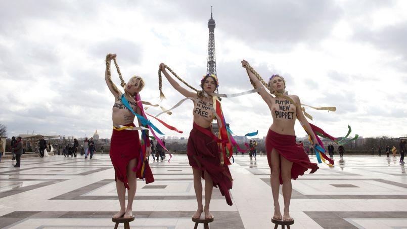 HAPPENING. Trois membres du mouvement féministe Femen ont protesté, mardi 25 février, contre la situation en Ukraine et le retour de Ioulia Timochenko, ancienne première ministre. Elles ont manifesté seins nues sur la place du Trocadéro à Paris en arborant des slogans «Timochenko = Ianoukovitch», «La nouvelle marionnette de Poutine» ou «L'Ukraine n'est pas libre». Elles ont ensuite simulé une pendaison à l'aide d'une natte blonde, coiffure emblématique de la «Dame de fer» ukrainienne.