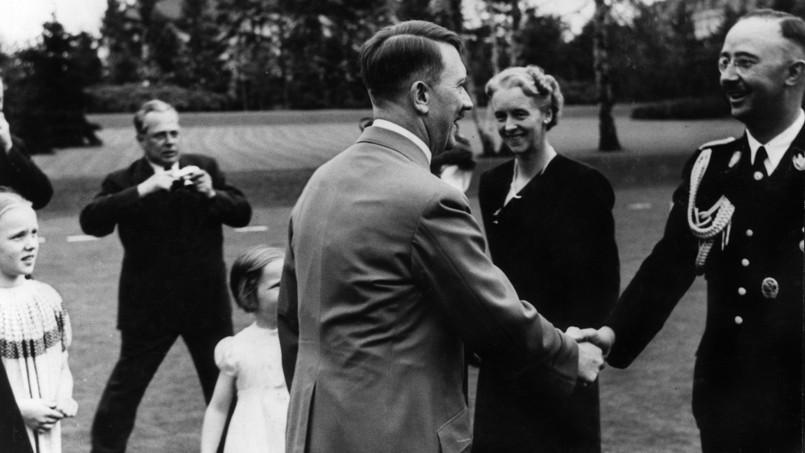 Adolf Hitler serre la main de Heinrich Himmler en presence de sa femme Margarete et de leur fille Gudrun (vers 1940).