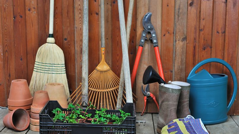 S'il pleut des cordes, au point de ne pouvoir mettre le nez dehors, dites-vous que c'est peut-être le moment de nettoyer vos outils de jardin.