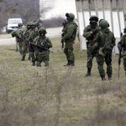 Les soldats russes encerclent une base militaire ukrainienne