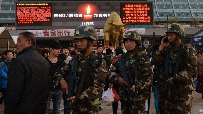 Une patrouille devant la gare de Kunming, le 3 mars 2014.
