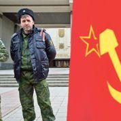 À Simferopol, les Cosaques posent devant un drapeau soviétique