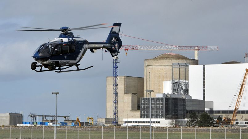 Un hélicoptère de la gendarmerie survole le site de Blaye, en décembre 2011.
