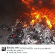 Des pro-russes brûlent des livres en langue ukrainienne