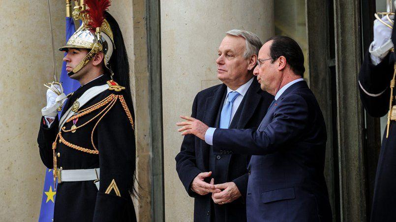 Jean-Marc Ayrault et François Hollande sur le perron de l'Élysée, en février. Le chef de l'État a enjoint le gouvernement d'«entendre les Français».