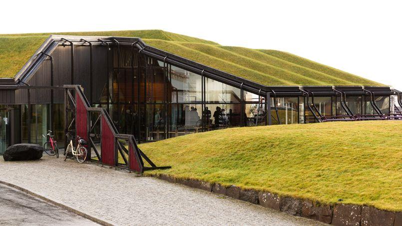 Ce bâtiment noir comme le basalte des îles qui l'on vu naître est baptisé «The Nordic House». C'est le foyer culturel des Féroé.