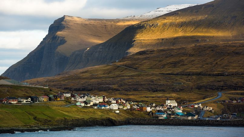 Au bord des fjords, les petits villages de pêcheurs se blotissent au pied d'impressionnantes falaises, où la neige peut faire son apparition au moindre caprice de la météo.