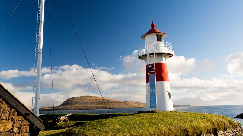 Dans cette impression de bout du monde, se dresse en toute modestie le petit phare du fort de Torshavn.
