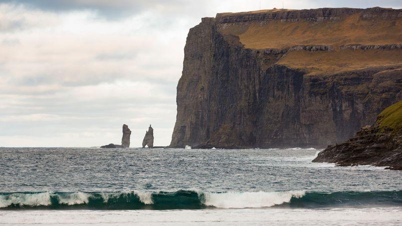 La plage d'Eiðiskollur possède une superbe vue sur Risin et Kellingin, deux rochers légendaires l'un massif, l'autre élancé qui émergent des eaux à la pointe de l'île d'Esturoy.